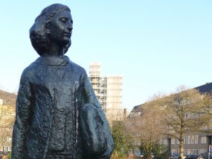 Anne-Frank-Statue auf dem Merwedeplein